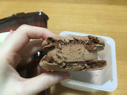 セブンイレブン チョコレート マカロンアイス 248円